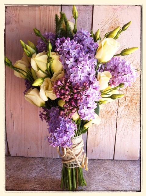 Ramo de novia de y lisianthus y lilas relizado por Mar de Flores. jpg