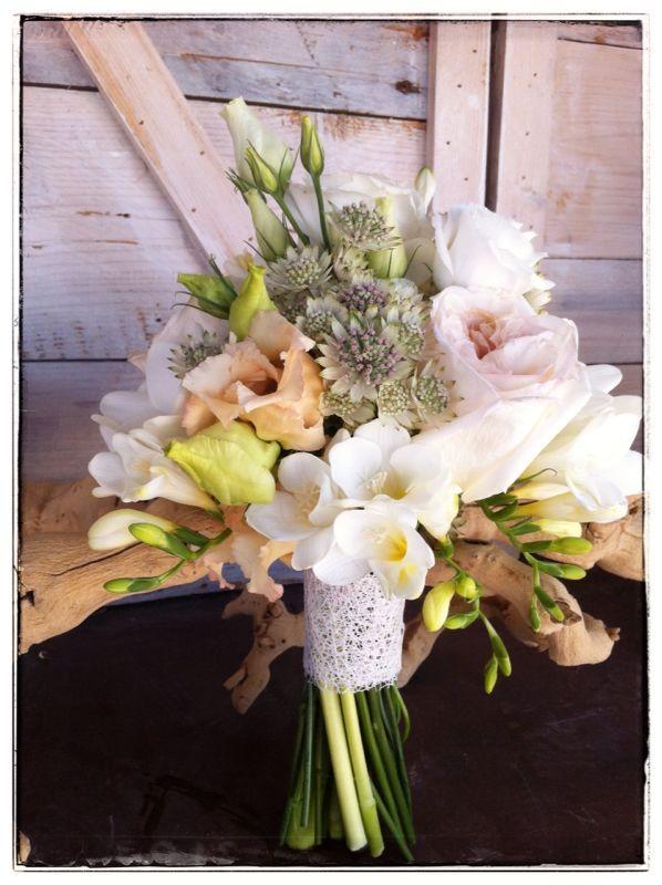 Ramo de novia, rosas y lisianthus relizado por Mar de Flores. jpg