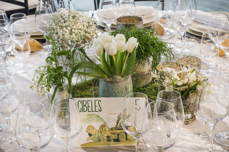 Boda en El Campillo. Decoración mesa redonda con ramitos de paniculata, tulipanes y panicum fountain Via Mar de Flores