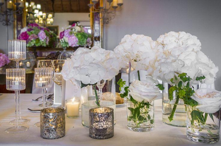 arrones de cristal con flores blancas
